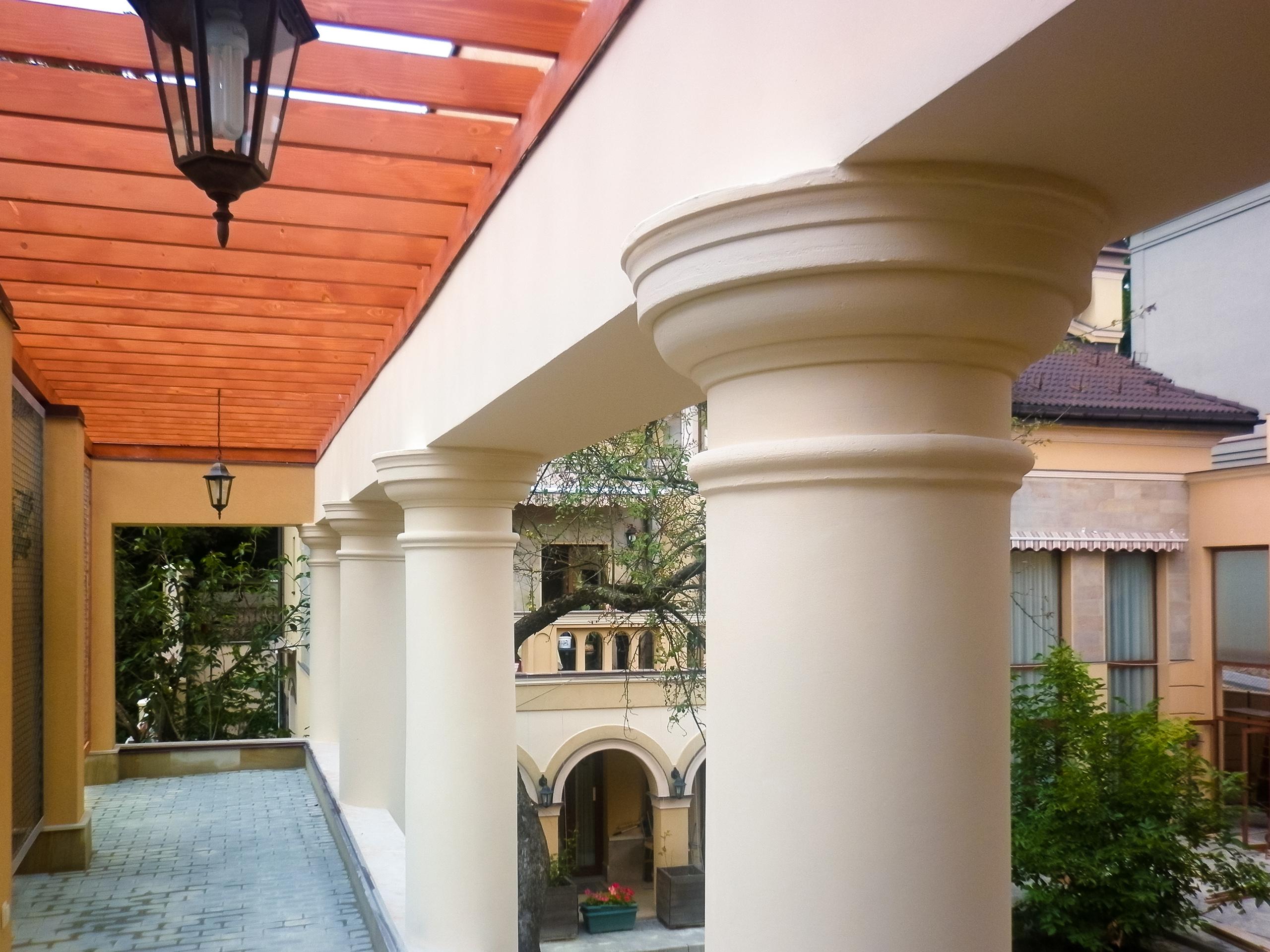 колони на фасад будинку
